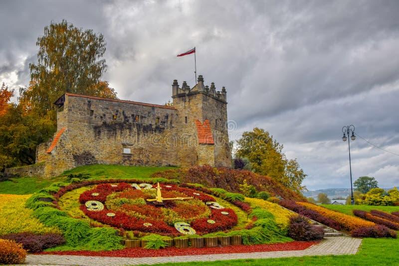 Schilderachtige mening aan vroeger koninklijk kasteel in Nowy Sacz, Polen bij de herfstdag stock afbeelding