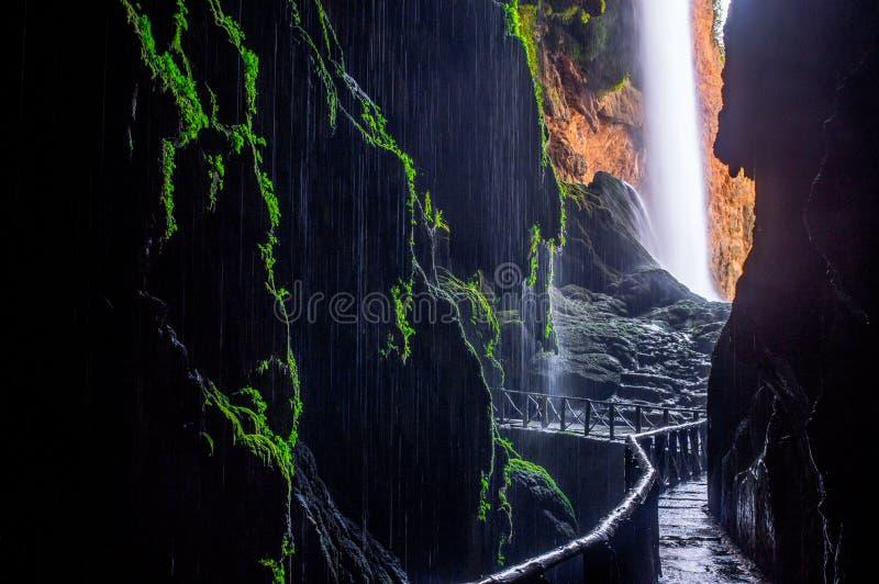 Schilderachtige mening over de waterval` Kola DE caballo ` van de hol` Gruta iris ` stock foto's