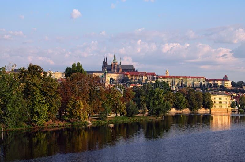 Schilderachtige mening van het historische deel van de stad Praag in ochtend royalty-vrije stock afbeeldingen