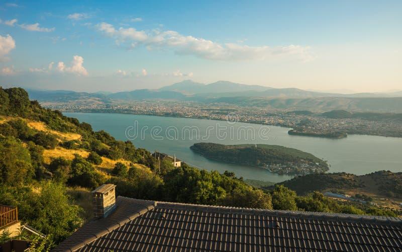 Schilderachtige mening van het meer van de berg, Ioannina, Griekenland royalty-vrije stock fotografie
