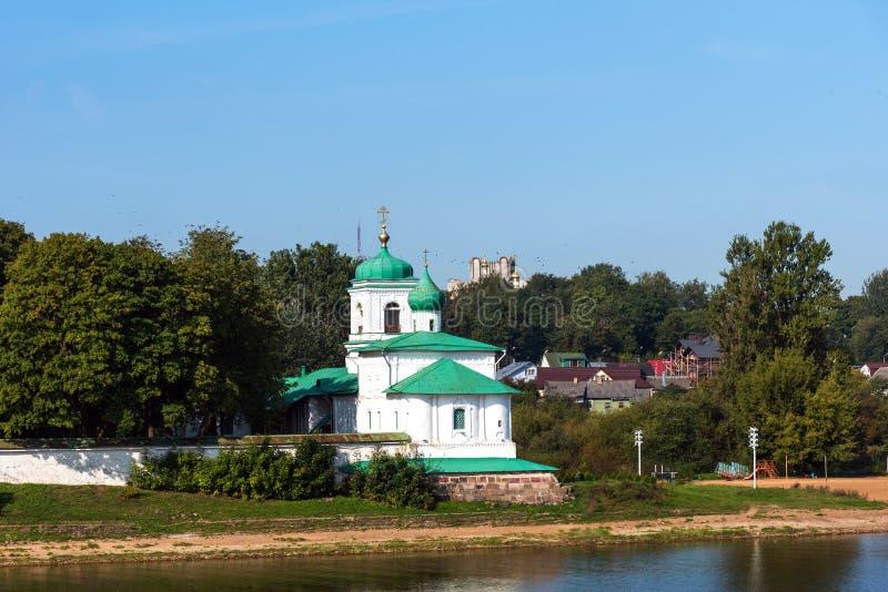 Schilderachtige mening van Mirozhky-Klooster in Pskov, Rusland stock fotografie