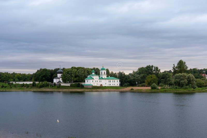 Schilderachtige mening van Mirozhky-Klooster in Pskov, Rusland royalty-vrije stock afbeelding