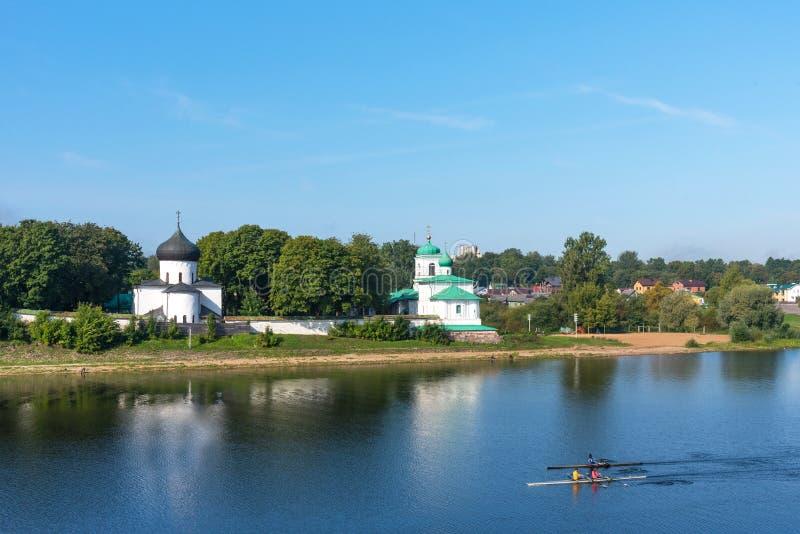 Schilderachtige mening van Mirozhky-Klooster in Pskov, Rusland stock afbeelding