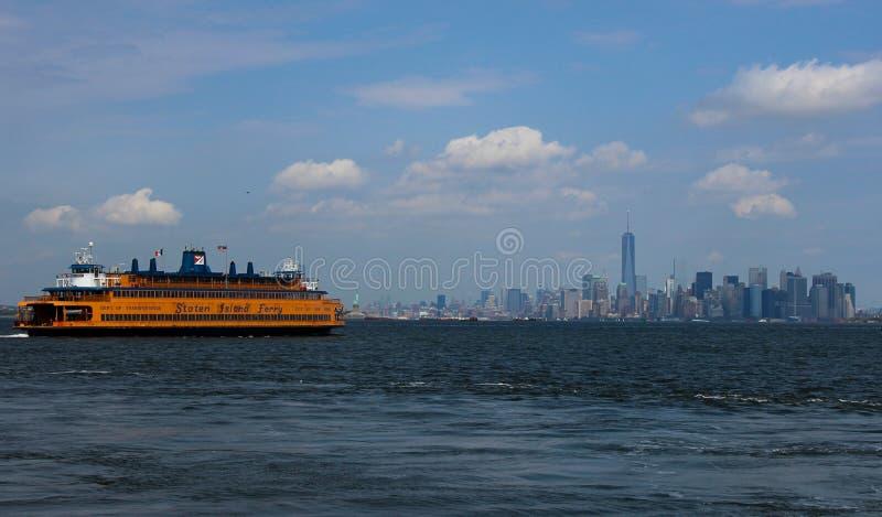 Schilderachtige mening van New York, met geel Staten Island Ferry en blauwe hemel stock afbeelding