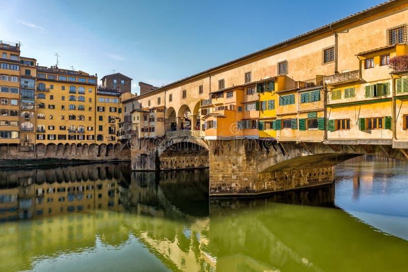 Schilderachtige mening van Ponte Vecchio in Florence stock foto's