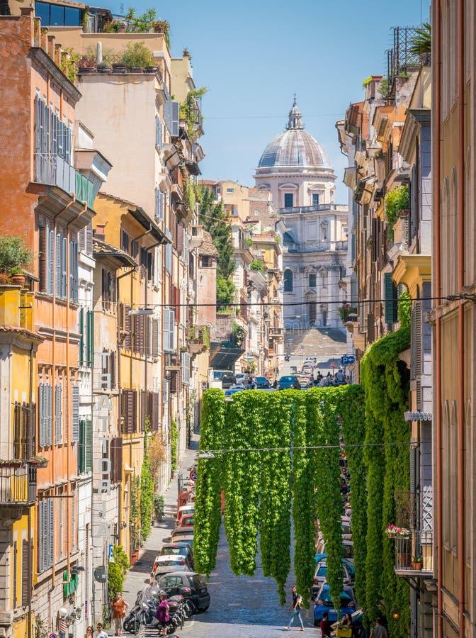 Schilderachtige Rione Monti in Rome, met de Basiliek van Santa Maria Maggiore op de achtergrond stock afbeeldingen