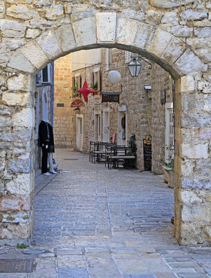Schilderachtige smalle straat in oude stad van Budva, Montenegro stock afbeeldingen