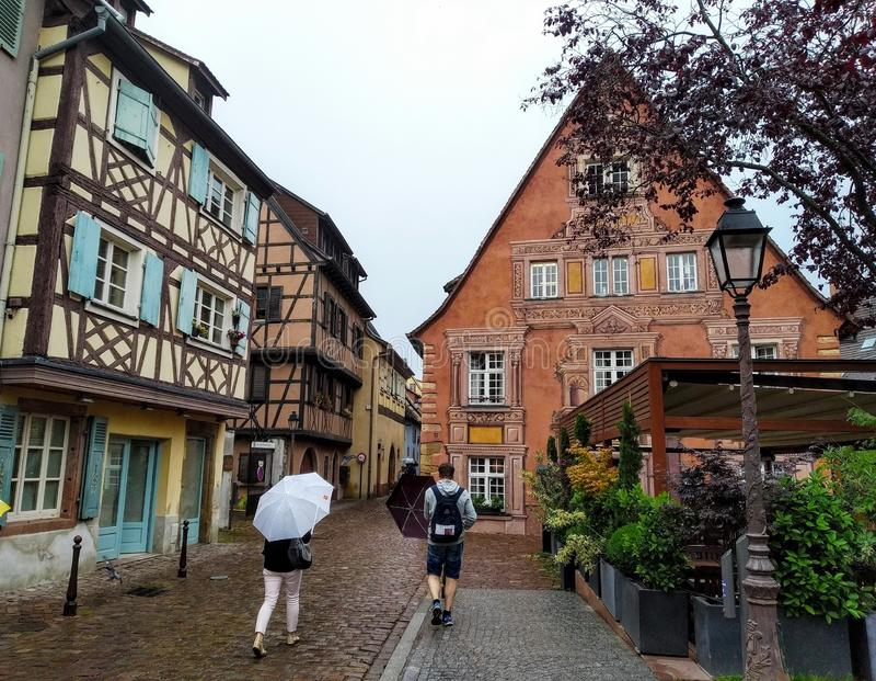 Schilderachtige Stegen van Colmar in een regenachtige dag frankrijk stock afbeelding