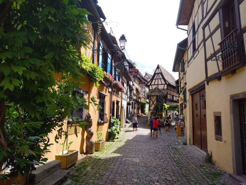 Schilderachtige stegen van Eguisheim, Frankrijk royalty-vrije stock afbeeldingen