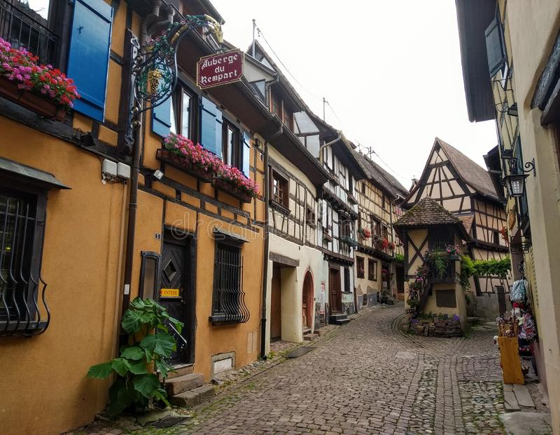 Schilderachtige stegen van Eguisheim, Frankrijk royalty-vrije stock foto's