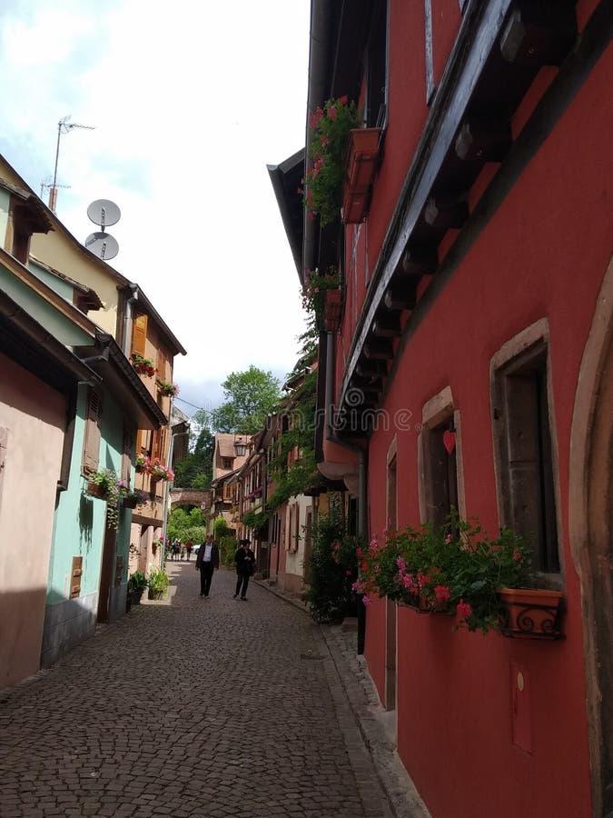 Schilderachtige stegen van Kaysesberg met zijn coloreful oude huizen, Frankrijk stock foto