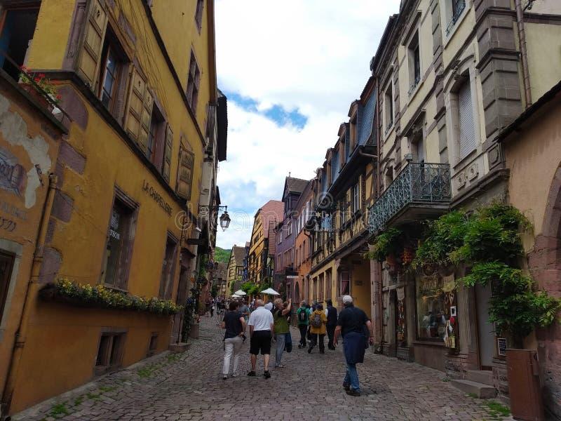 Schilderachtige stegen van Riquewihr, Frankrijk royalty-vrije stock afbeelding