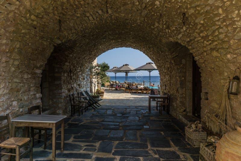 Schilderachtige stoa die in het strand in Gerolimanas-dorp in Mani Greece leidt royalty-vrije stock afbeeldingen