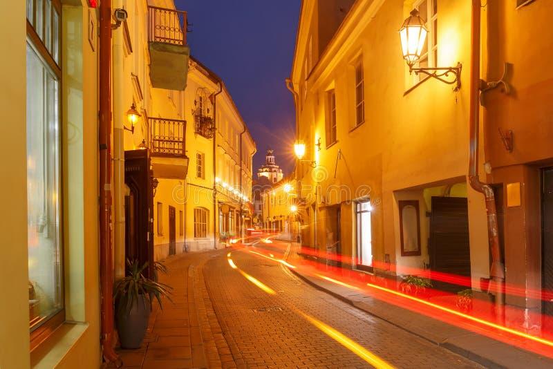 Schilderachtige Straat bij nacht, Vilnius, Litouwen royalty-vrije stock foto's
