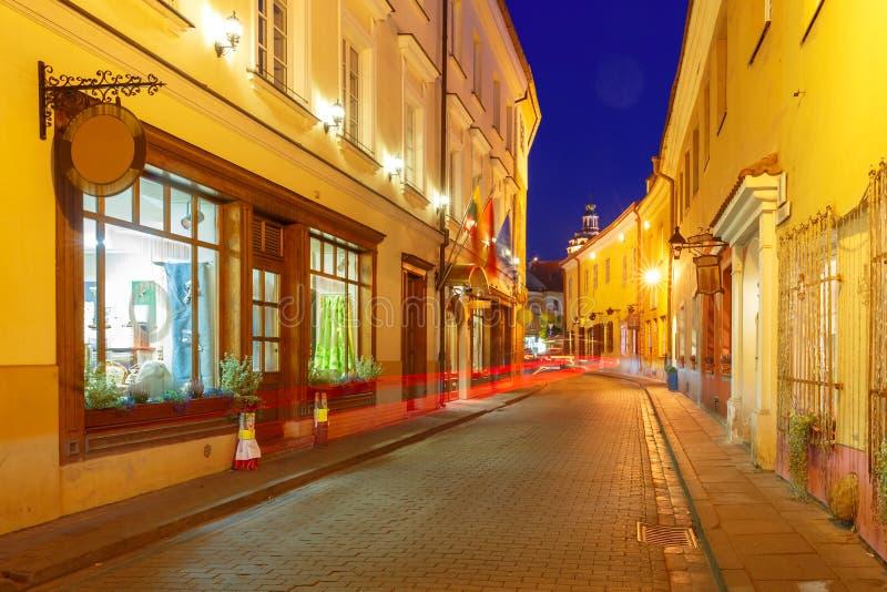 Schilderachtige Straat bij nacht, Vilnius, Litouwen stock foto's