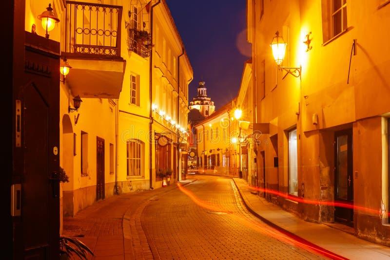 Schilderachtige Straat bij nacht, Vilnius, Litouwen royalty-vrije stock fotografie