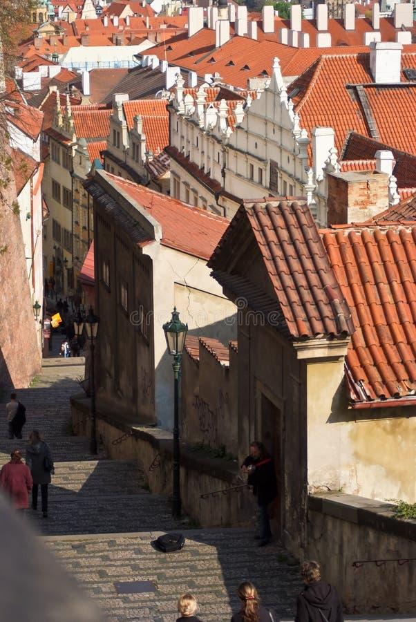 Schilderachtige straat met stappen in Praag Czechia royalty-vrije stock afbeelding