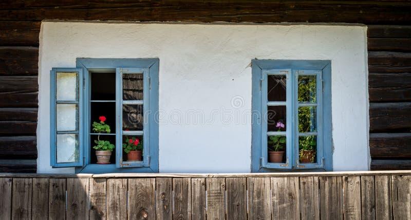 Schilderachtige vensters met kleurrijke bloemen royalty-vrije stock foto