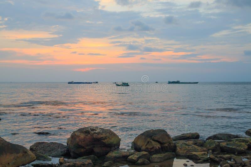 Schilderachtige zonsondergang dichtbij het overzees met schepen, horizon en oranje wolken Phu Quoc, Vietnam royalty-vrije stock fotografie