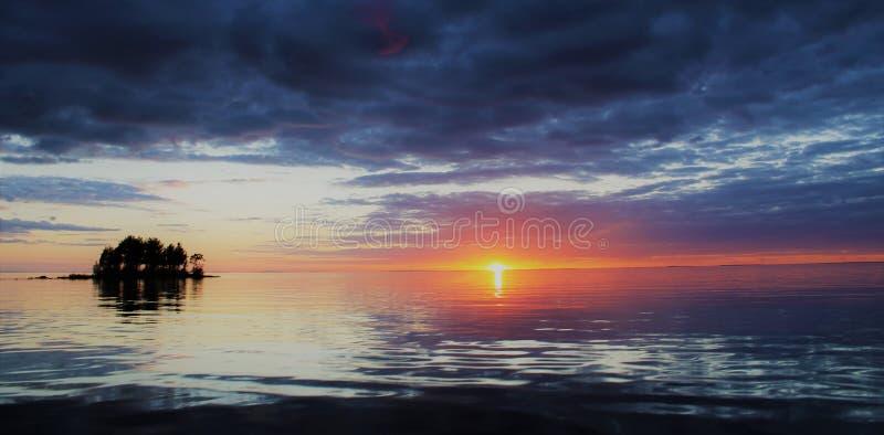 Schilderachtige zonsondergang over het meer van Ladoga royalty-vrije stock afbeelding