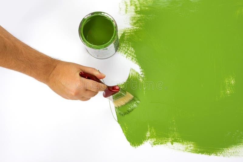Schilderend een groene muur stock foto