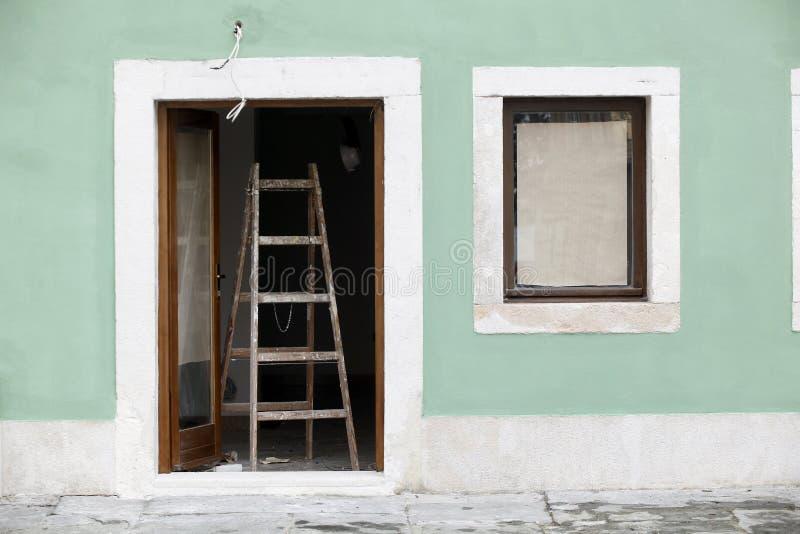 Schilderende huisvoorzijde royalty-vrije stock afbeeldingen
