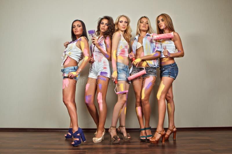 Schilderende vrouwen met borstels stock afbeeldingen