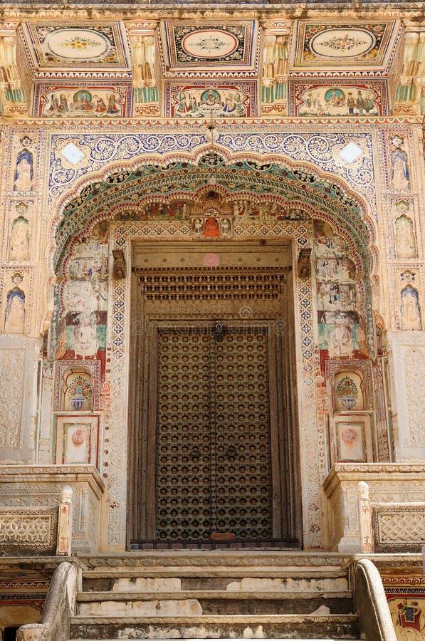 Schilderijen op de verhoging met de ingang aan haweli Shekhawati Hevelis in India royalty-vrije stock foto's