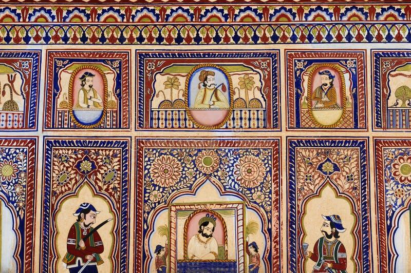 Schilderijen op de verhoging op Shekhawati Hevelis in India stock foto's