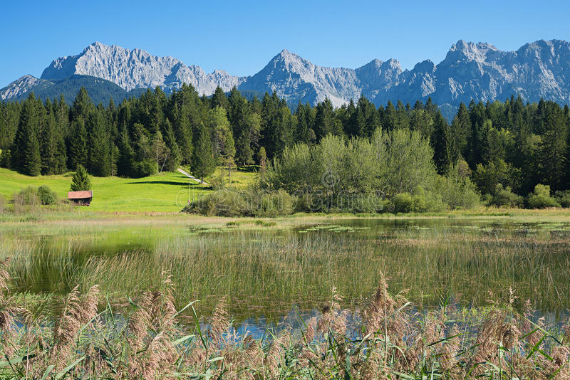 Schildermeertennsee en karwendel bergen stock afbeeldingen
