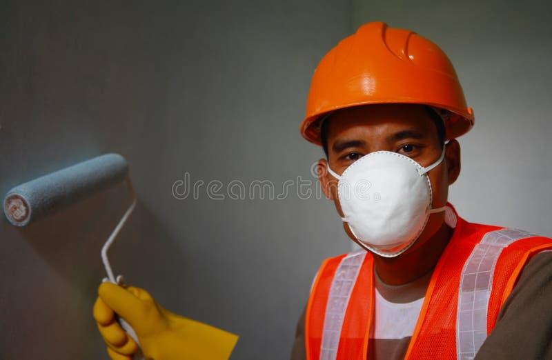 Schildersarbeider die het veiligheidswerk aangaande baan dragen royalty-vrije stock foto's