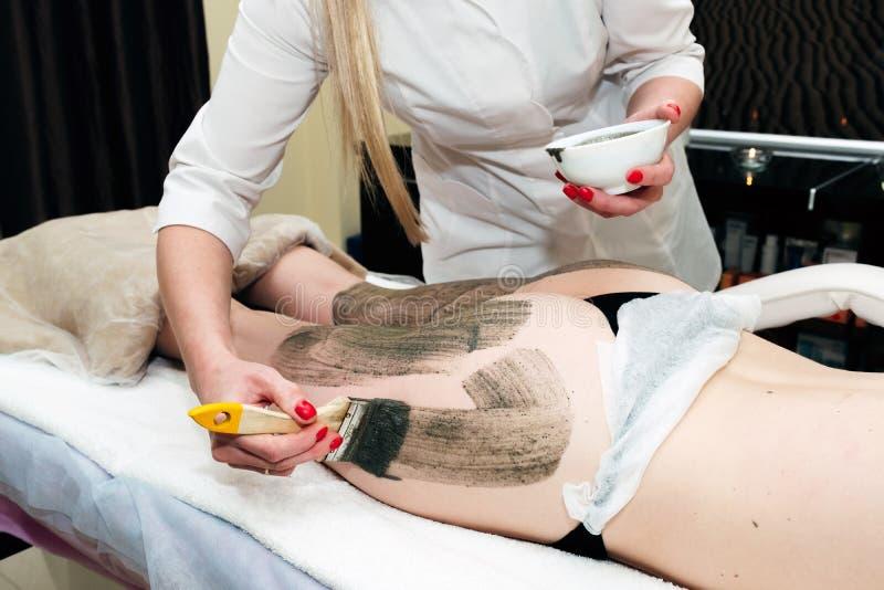 Schilmasker, de behandeling van de kuuroordschoonheid, skincare Vrouw die zeewiermasker door schoonheidsspecialist krijgen bij ku royalty-vrije stock foto's