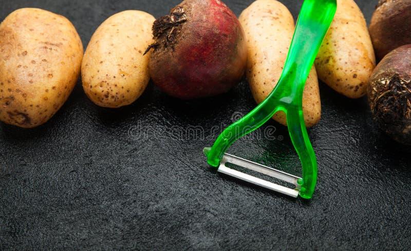 Schilmesje en eigengemaakte groenten Zwarte achtergrond stock fotografie