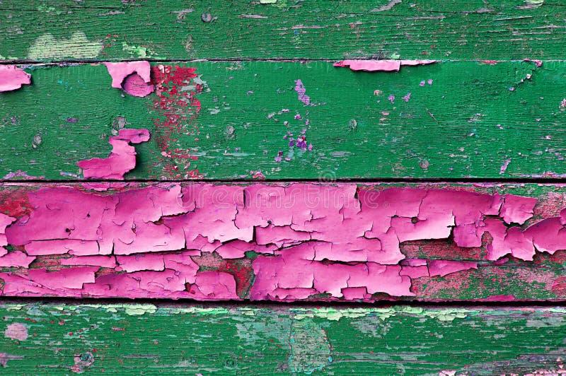 Schilverf op oud doorstaan hout met schilverf van groene en roze kleuren geweven houten achtergrond royalty-vrije stock afbeelding
