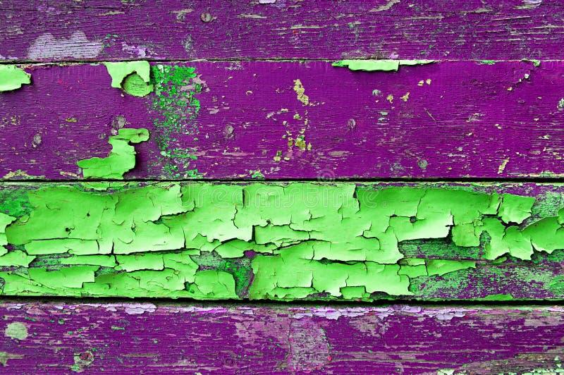 Schilverf op oud doorstaan hout met schilverf van groene en violette kleuren geweven houten achtergrond royalty-vrije stock foto's