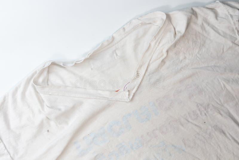 Schimmelig auf altem weißem schmutzigem T-Shirt stockbilder