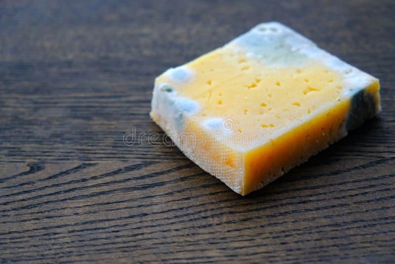 Schimmeliger Käse auf Holz, verdorbenes Produkt stockbilder
