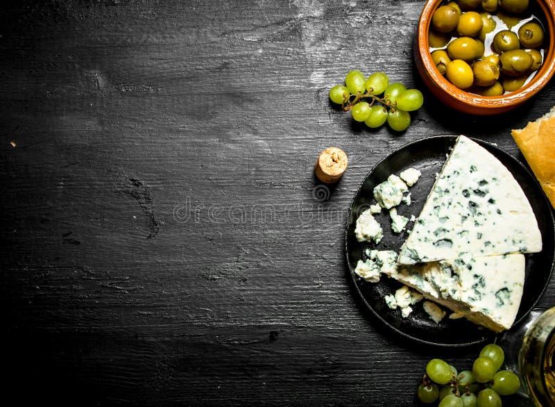 Schimmelkaas, olijven en witte druiven royalty-vrije stock afbeelding