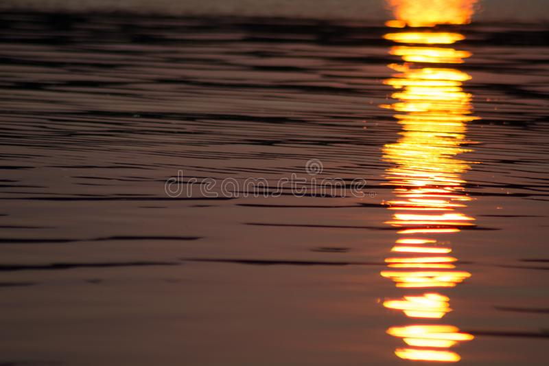 Schimmernder Sonnenuntergang auf Canobie Seewasser stockfoto