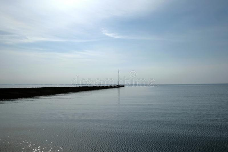 Schimmerndes Wasser Daydreamy am Mittag lizenzfreie stockfotografie