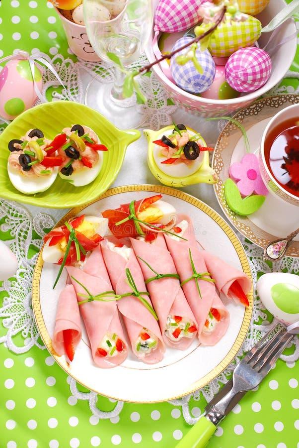 Schinkenrollen angefüllt mit Käse und Gemüse für Ostern-breakfas stockfotos