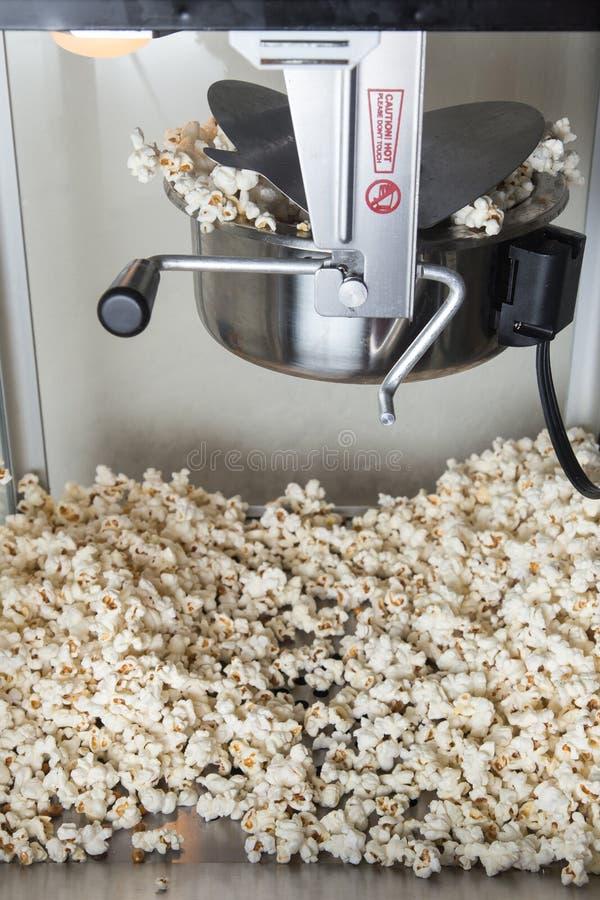 Schioccare della macchina del popcorn immagine stock