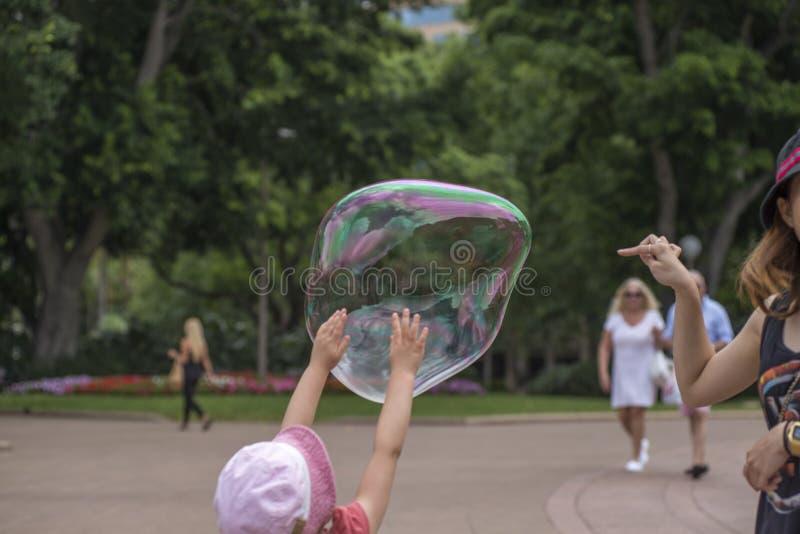Schioccare la bolla di sapone fotografia stock libera da diritti