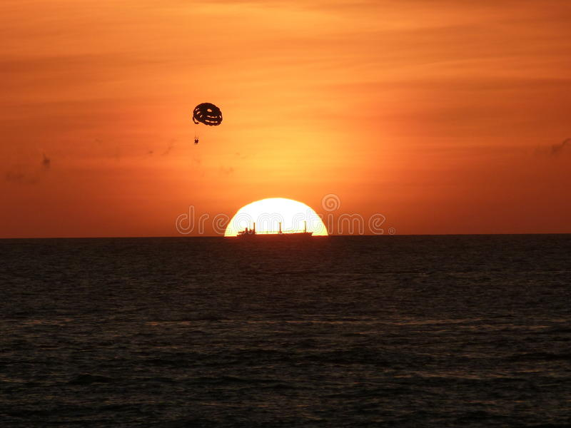 Schip bij de zonsondergang royalty-vrije stock fotografie