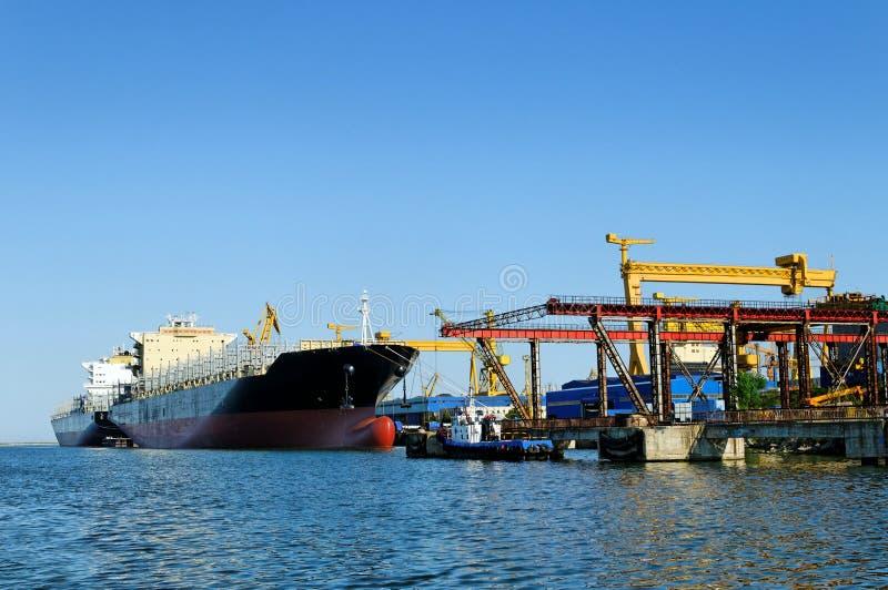 Schip bij een scheepswerf royalty-vrije stock afbeeldingen