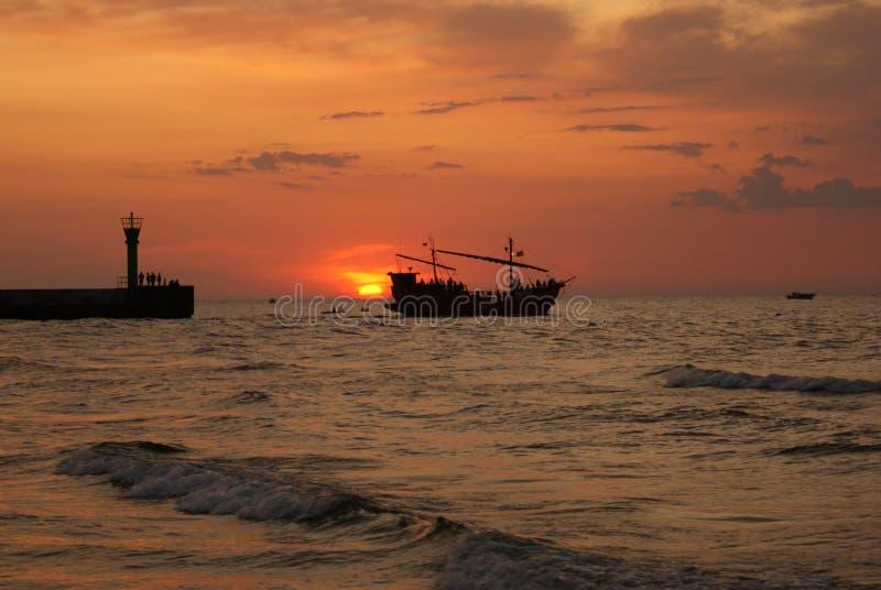 Schip bij zonsondergang. royalty-vrije stock afbeeldingen