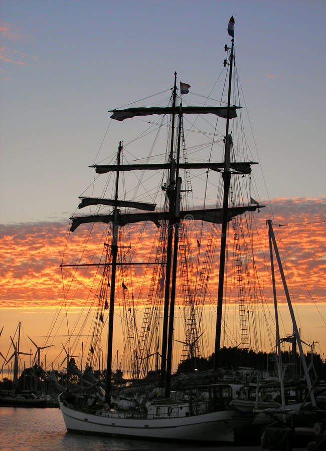 Schip bij zonsondergang royalty-vrije stock foto