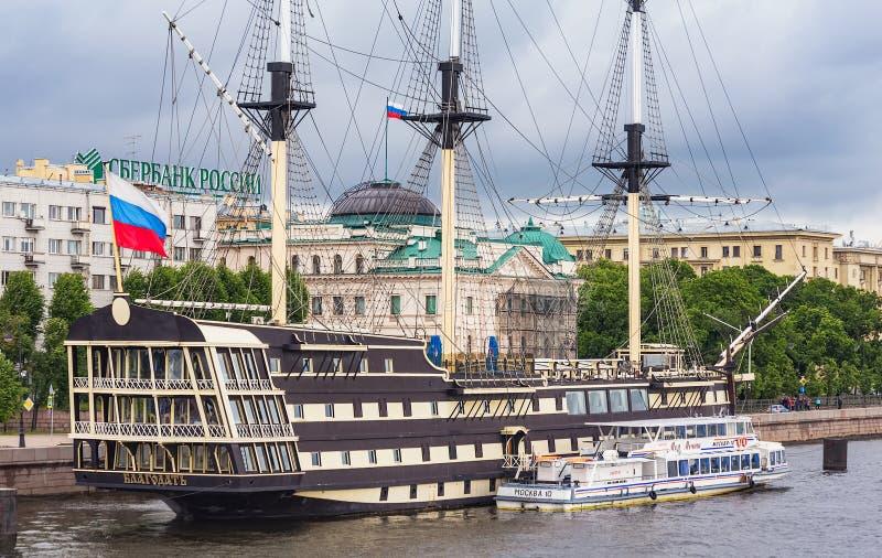 Schip Blagodat in St. Petersburg, Rusland stock foto's