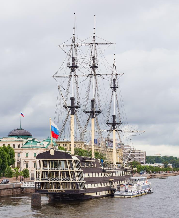 Schip Blagodat in St. Petersburg, Rusland stock afbeelding