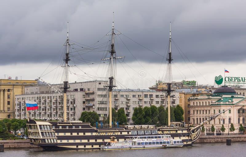 Schip Blagodat in St. Petersburg, Rusland stock afbeeldingen